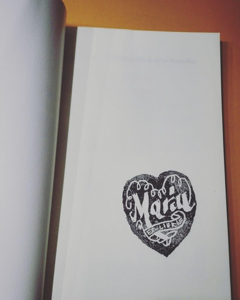 Mi Proyecto del curso: Caligrafía para un Ex libris- El Ex libris de Mariu ya adornando un libro.... -1
