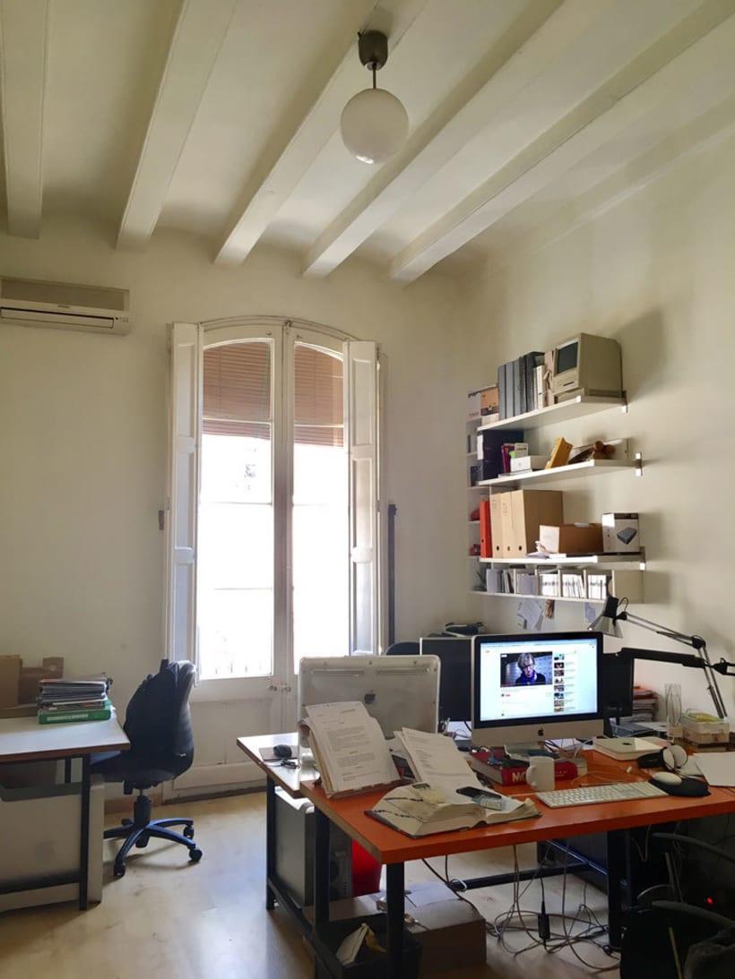 Puesto de trabajo en estudio compartido. Barrio de Sant Antoni. Barcelona. 165€ 1