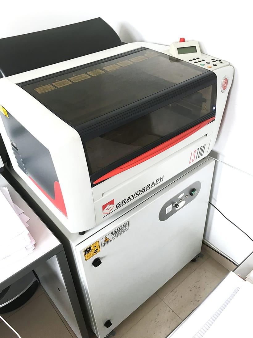 Vendo Máquina láser Gravograph y equipo extractor  1
