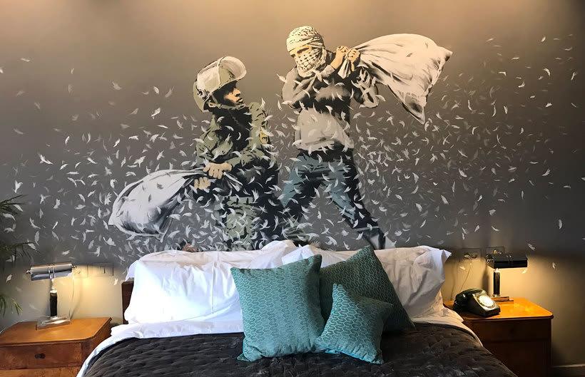 """El nuevo hotel de Banksy tiene """"las peores vistas del mundo"""" 12"""