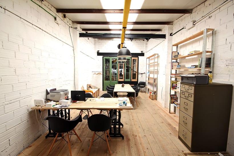Ofrecemos puestos/mesas de trabajo en nuestro espacio compartido de makers en Poblenou, Barcelona 2