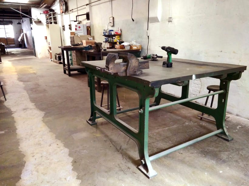 Ofrecemos puestos/mesas de trabajo en nuestro espacio compartido de makers en Poblenou, Barcelona 3