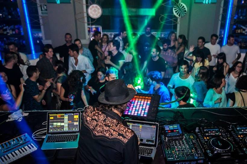 Decorado fiesta Tierra sala Black Haus 69