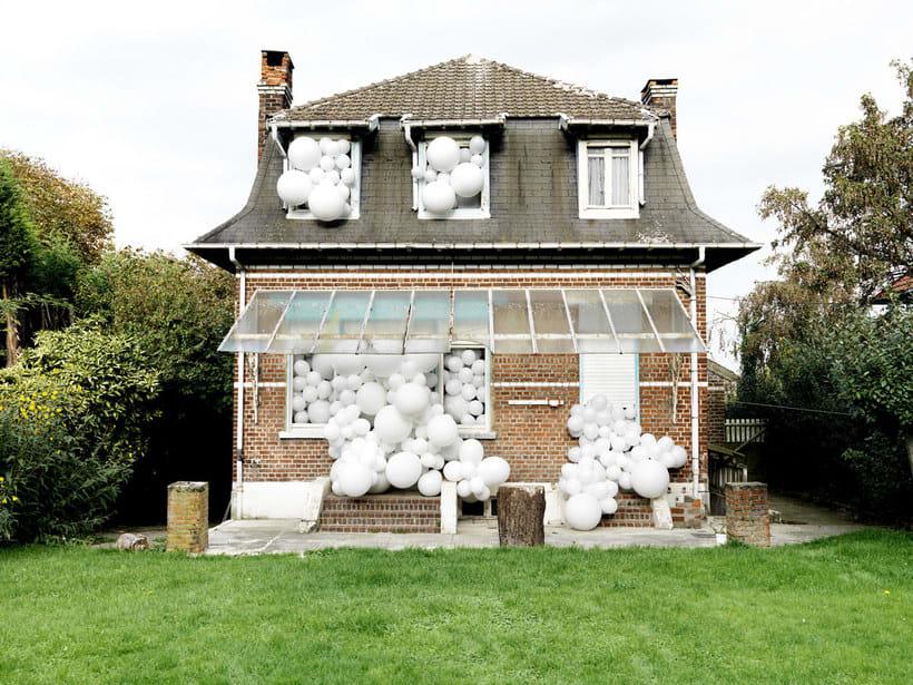 Charles Pétillon crea poesía fotográfica con globos 17