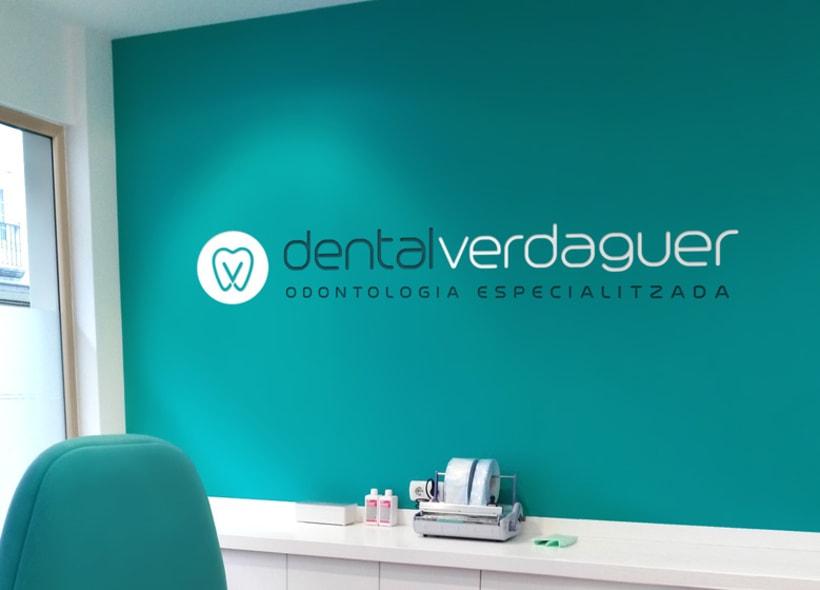 Diseño de logotipo para Dental Verdaguer, una clínica odontológica ubicada en Igualada (Barcelona). La propuesta que más gusto a nuestro cliente fue una V que continúa la silueta de una muela aprovechando la morfología de esta. -1