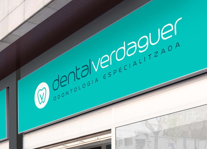 Diseño de logotipo para Dental Verdaguer, una clínica odontológica ubicada en Igualada (Barcelona). La propuesta que más gusto a nuestro cliente fue una V que continúa la silueta de una muela aprovechando la morfología de esta. 1