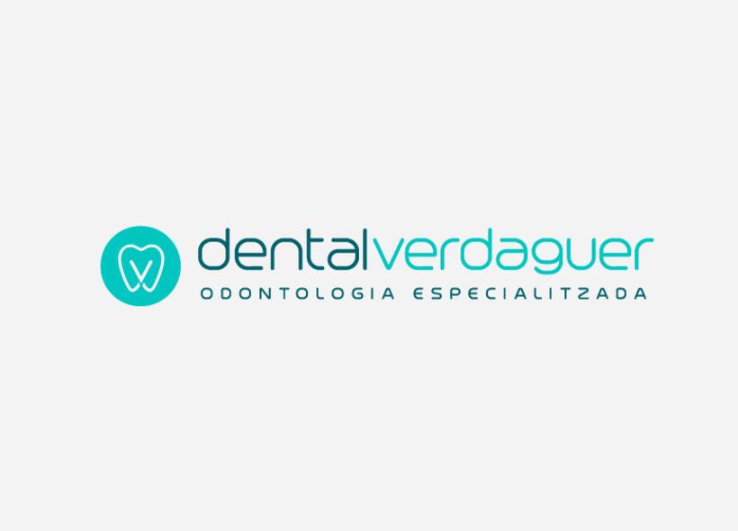 Diseño de logotipo para Dental Verdaguer, una clínica odontológica ubicada en Igualada (Barcelona). La propuesta que más gusto a nuestro cliente fue una V que continúa la silueta de una muela aprovechando la morfología de esta. 2