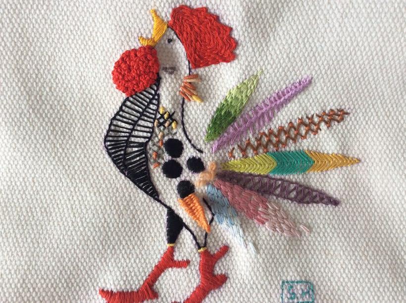 Mi Proyecto del curso: Técnicas de bordado: ilustrando con hilo y aguja. Sabiendo algo de borddo, este curso de Yolanda me sirvio mucho y ver como mi gallito iba tomando forma,fue genial. Gracias Yolanda, muy entretenido y recomendable. 0