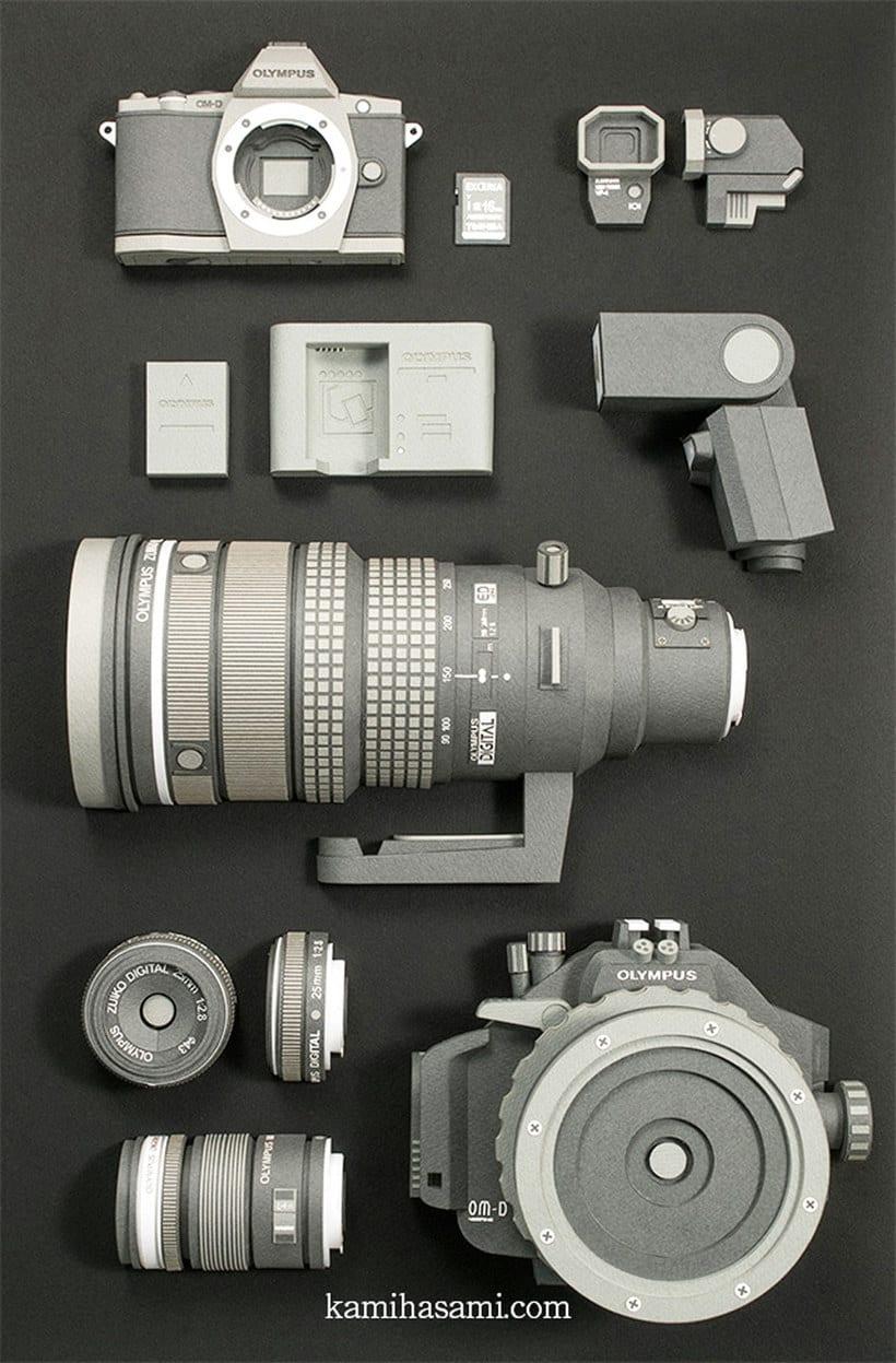 Papel, cúter y pegamento para construir una cámara fotográfica 1