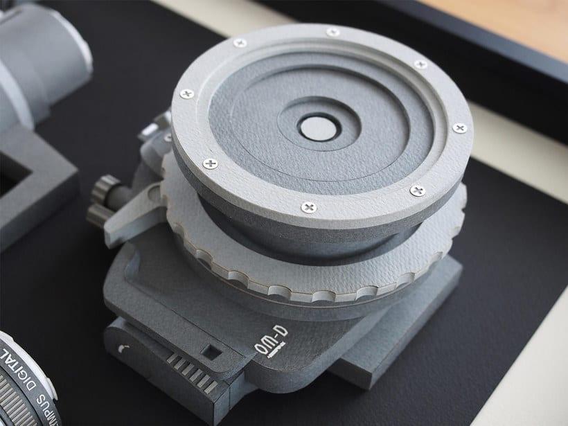 Papel, cúter y pegamento para construir una cámara fotográfica 5