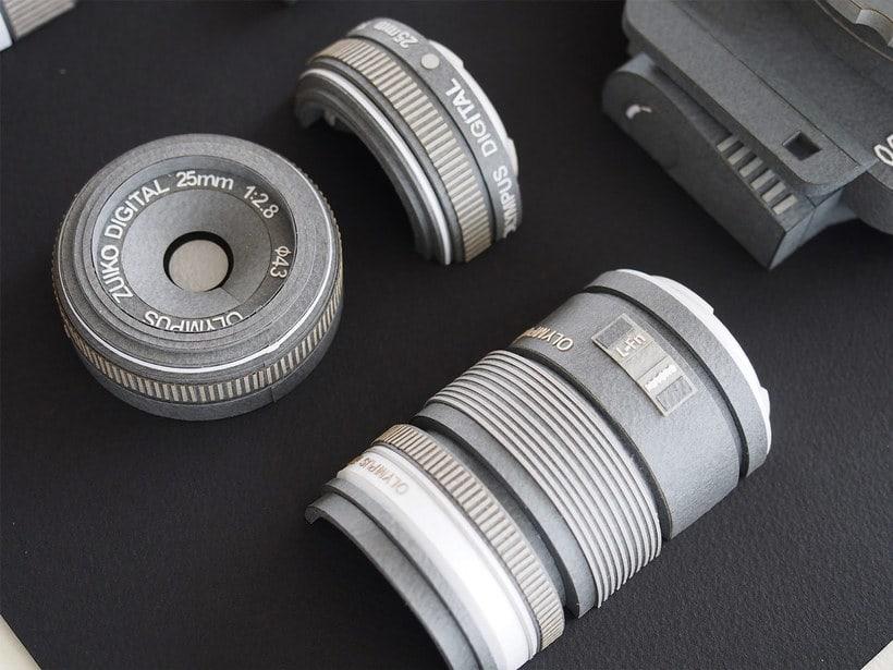 Papel, cúter y pegamento para construir una cámara fotográfica 6