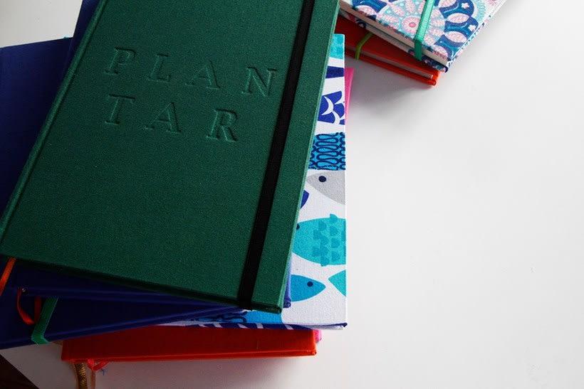 Dedicada al oficio de hacer cuadernos con las manos, y de diseñar 0