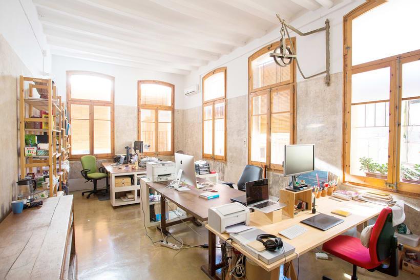 Disponible mesa de trabajo en espacio compartido (El Born, Barcelona)  1