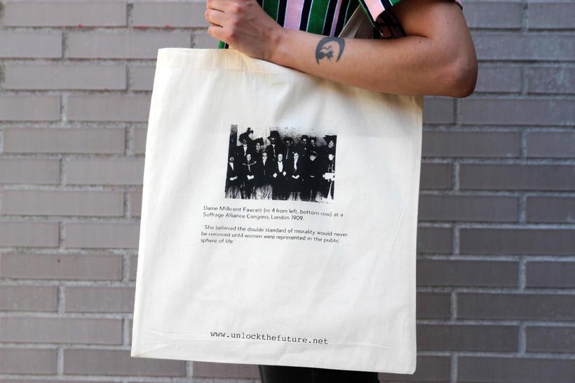 Estampación Tote Bags para el proyecto feminista www.unlockthefuture.net 0