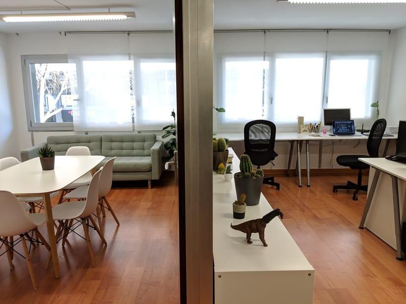 Se alquilan 2 mesas en estudio Barcelona, Sants Estació 1