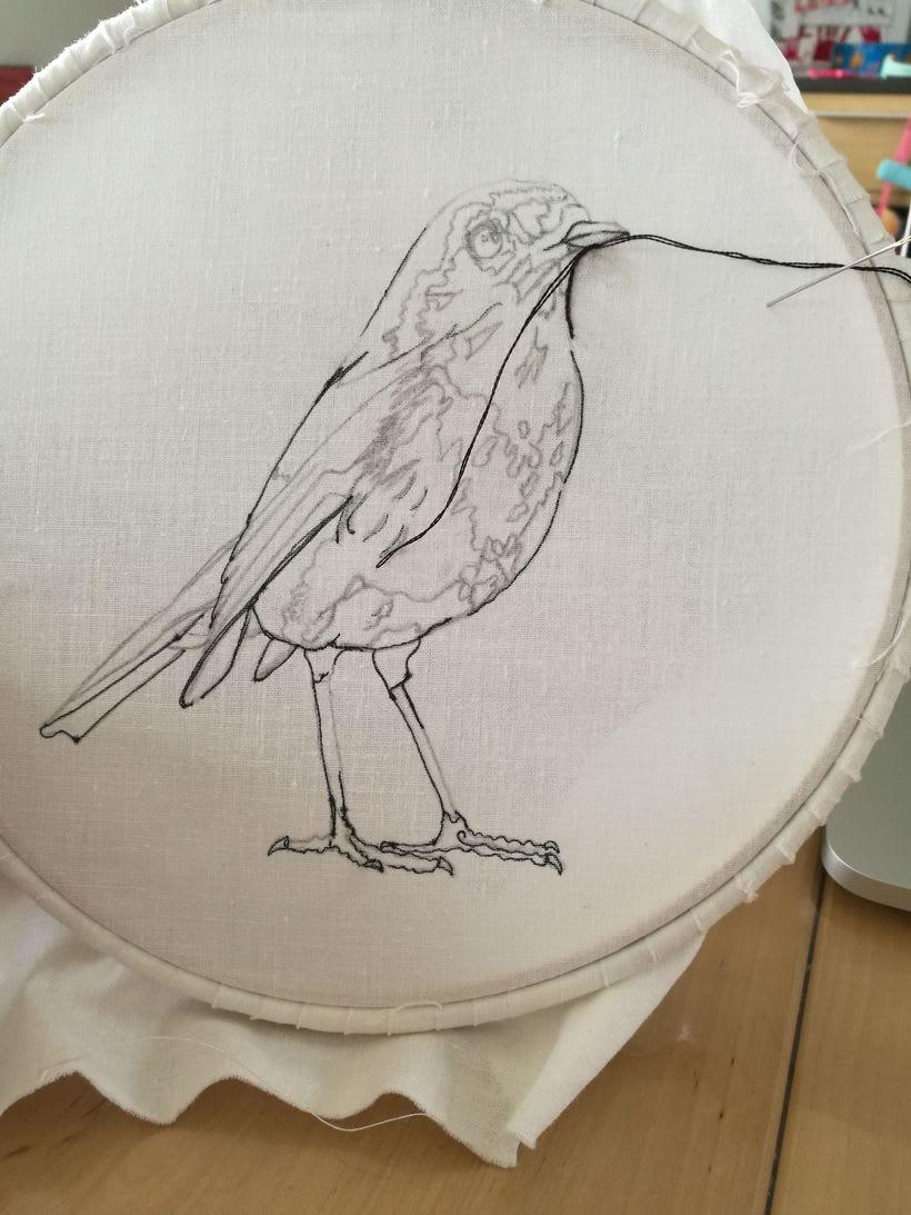 Mi Proyecto del curso: Pintar con hilo: técnicas de ilustración textil, Aquí esta mi petirrojo listo para volar -1