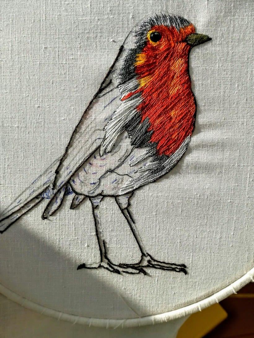 Mi Proyecto del curso: Pintar con hilo: técnicas de ilustración textil, Aquí esta mi petirrojo listo para volar 3